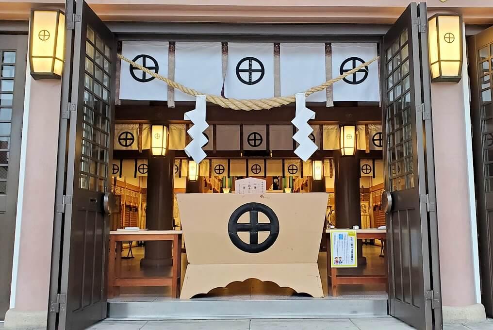 鹿児島市内の照国神社内の社殿を眺める