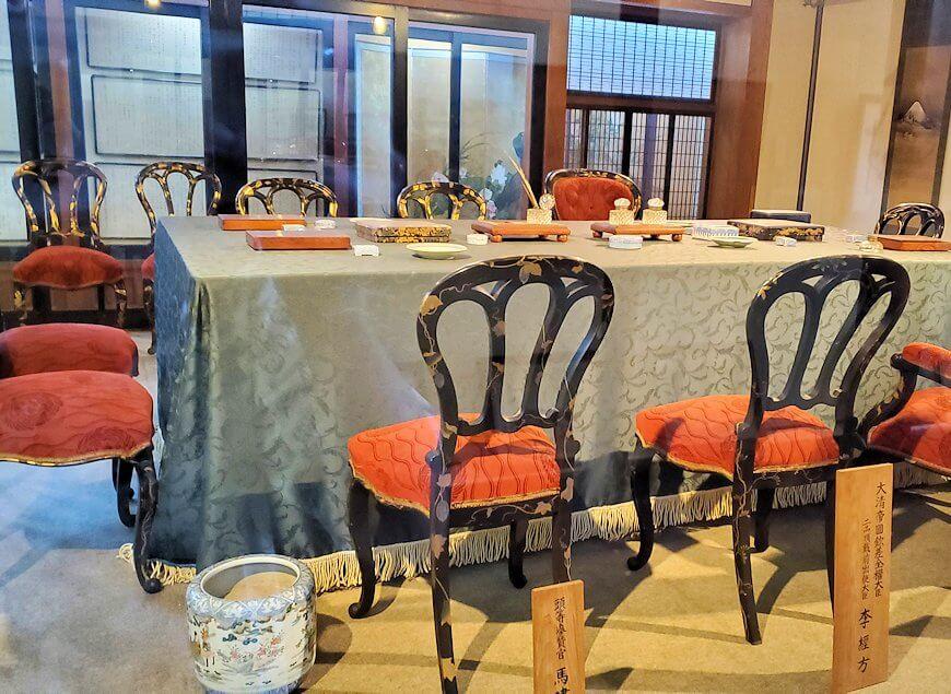 日清講和条約記念館に置かれている、講和会議場を再現したテーブル