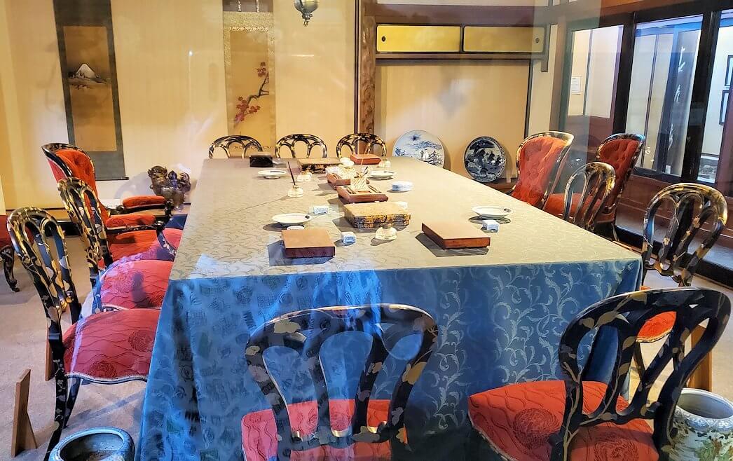 日清講和条約記念館に置かれている、講和会議場を再現したテーブルを眺める