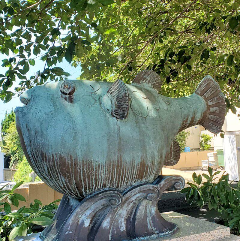 春帆楼の建物脇にあったフグの銅像-1