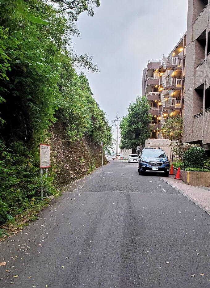 城山近くの裏道を進む