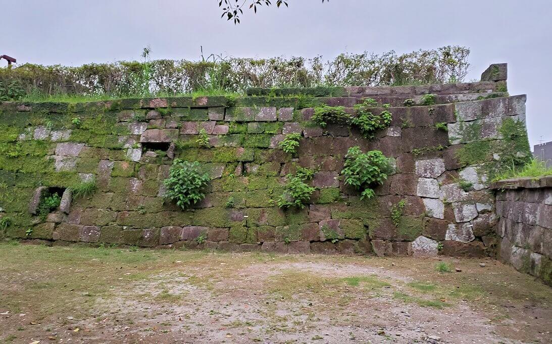 鹿児島県立図書館の鶴丸城跡地の石垣跡