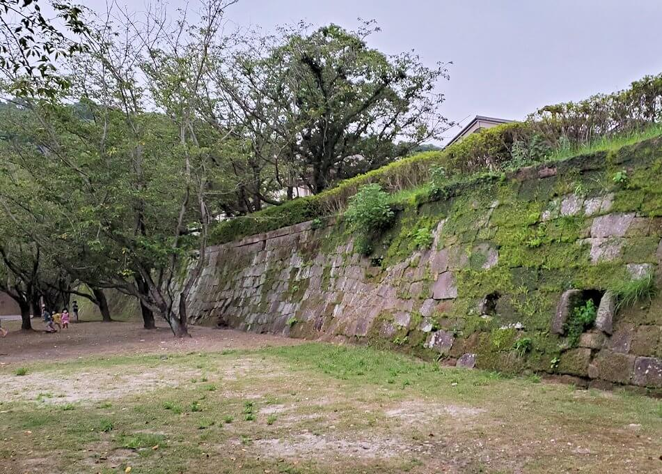 鹿児島県立図書館の鶴丸城跡地の石垣跡-1