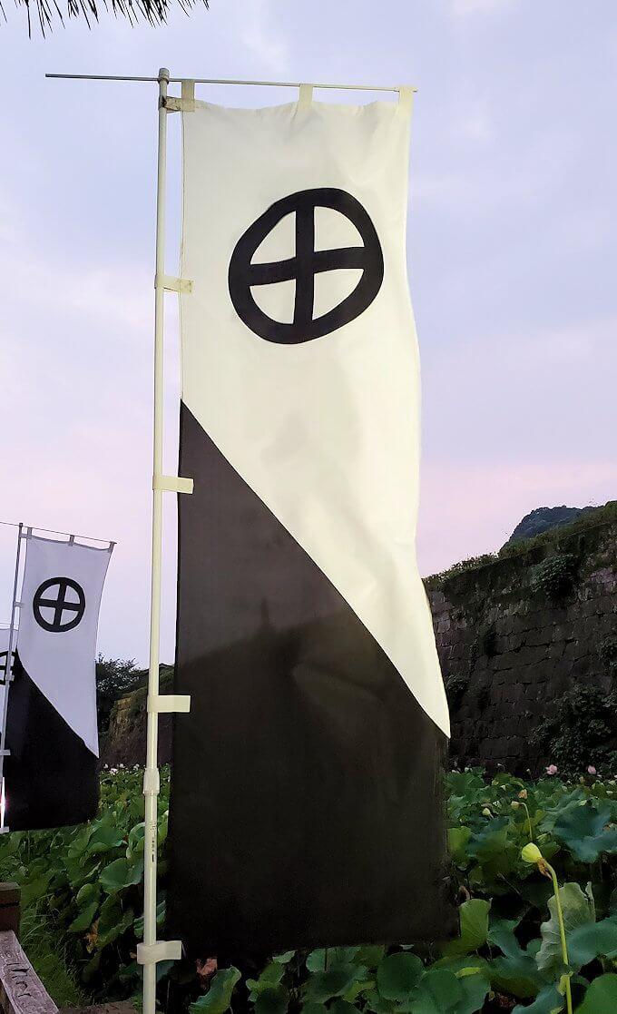 鹿児島市内の鶴丸城前に設置された島津家の旗