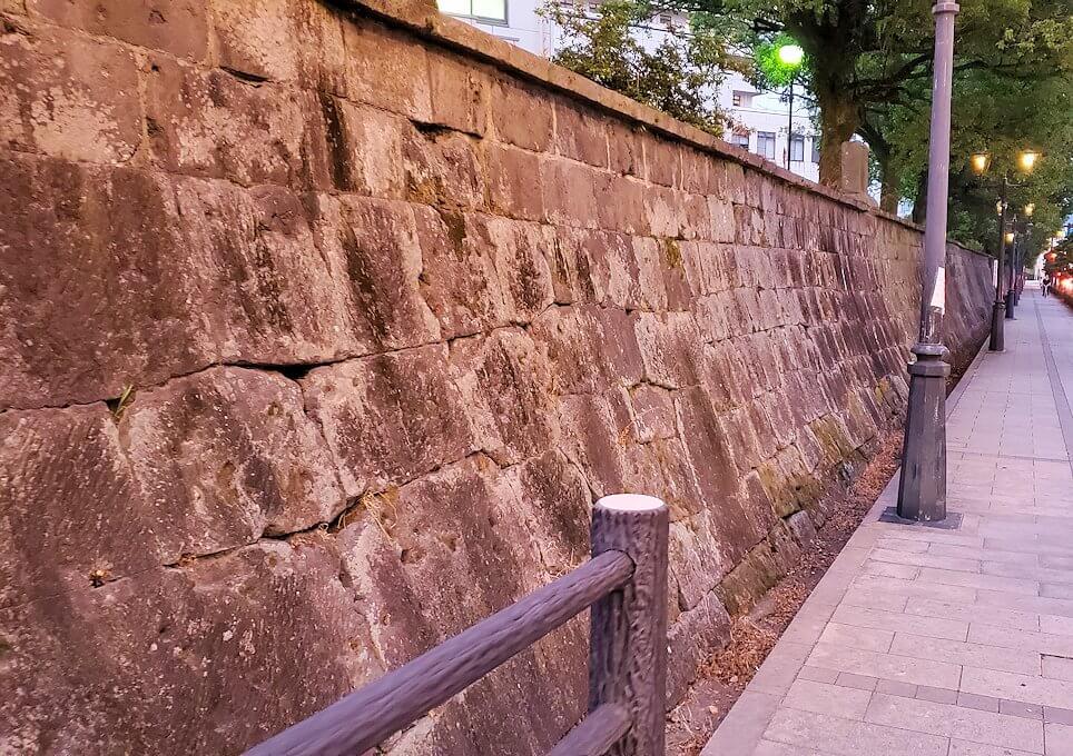 鶴丸城近くにある「西南戦争の銃弾跡が残る石垣」の景色