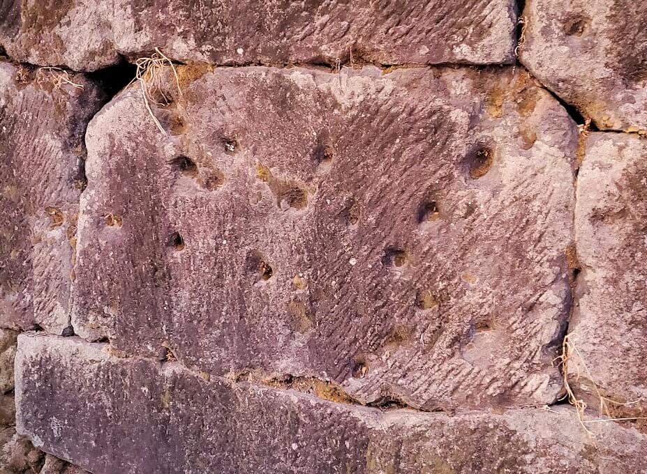 鶴丸城近くにある「西南戦争の銃弾跡が残る石垣」の景色-1
