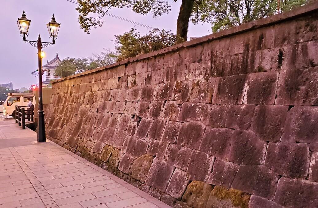 鶴丸城近くにある「西南戦争の銃弾跡が残る石垣」の景色を眺める-1