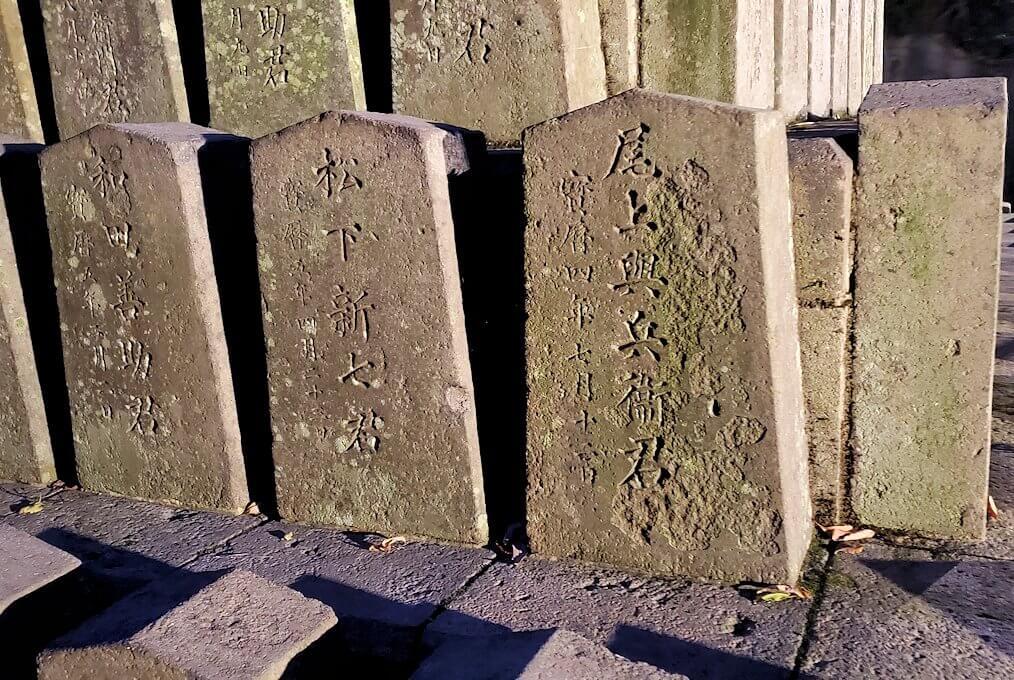 「薩摩義士碑」の墓石を眺める