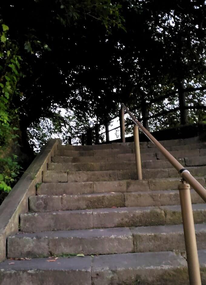 「薩摩義士碑」脇にある城山歩道入口を登る