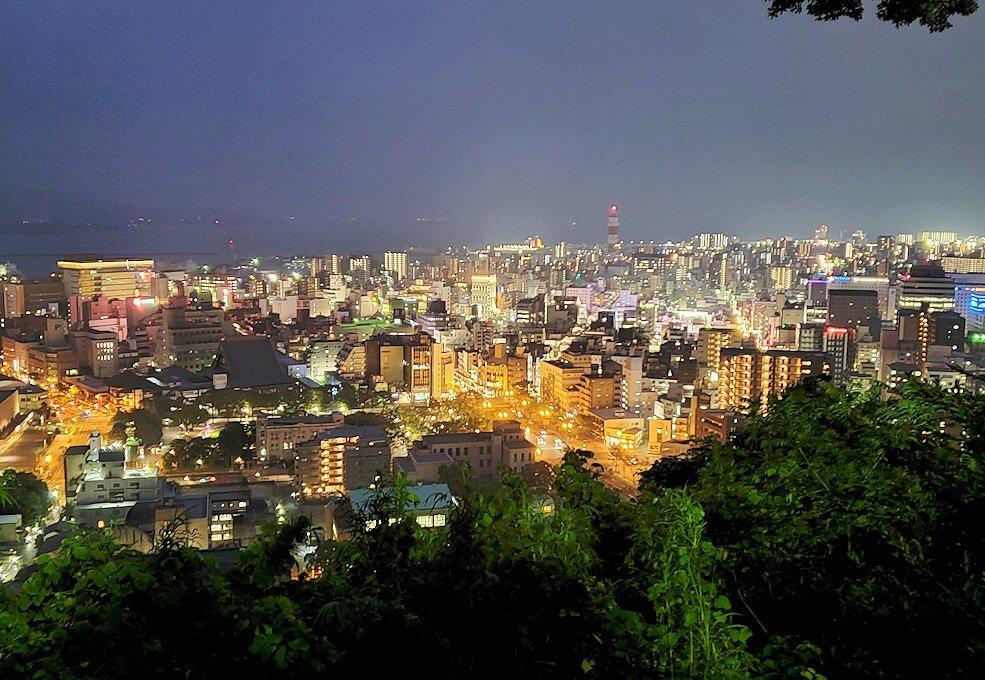 真っ暗な城山遊歩道を登っていくと見えてきた鹿児島市内の夜景