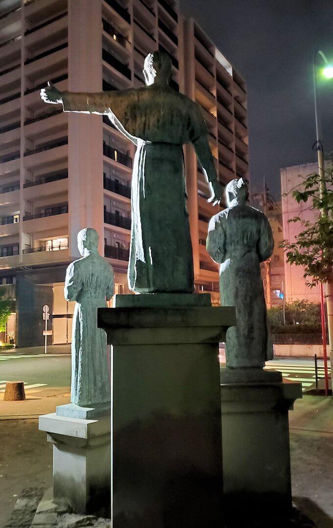 鹿児島市内のザビエル公園にある像の後ろ姿