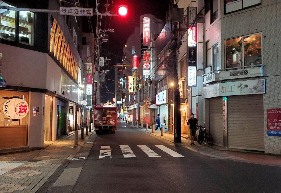 夜の鹿児島市内繫華街を歩く