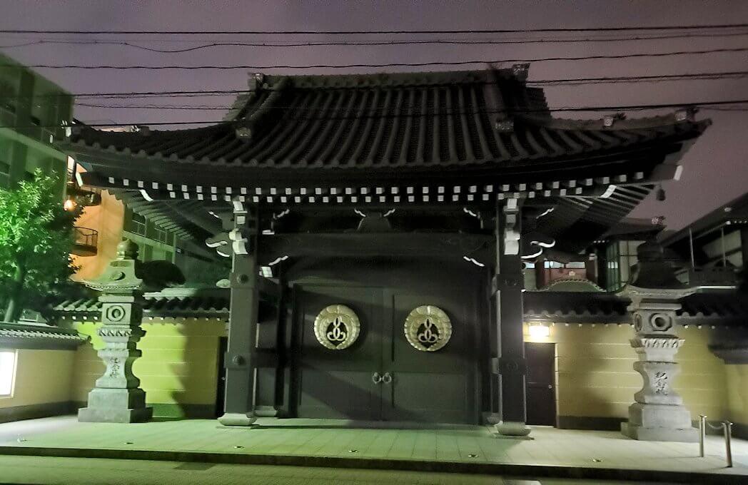 夜の鹿児島市内繫華街の天文館通り近くの本願寺