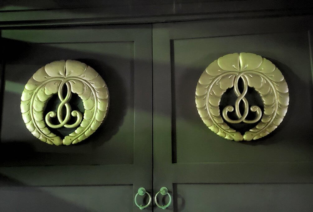 夜の鹿児島市内繫華街の天文館通り近くの本願寺の家紋