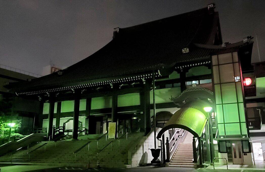 夜の鹿児島市内繫華街の天文館通り近くの本願寺の建物