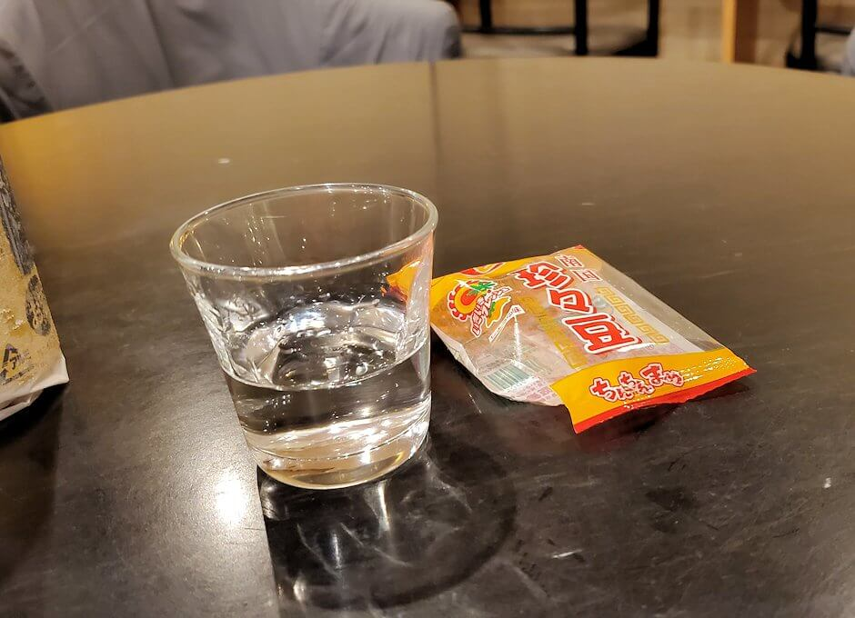 ホテル南州館のロビーに置かれている割り水焼酎を飲む