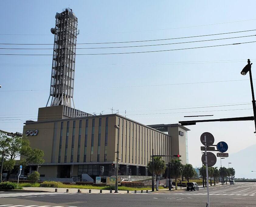 南州館ホテル周辺の天文館通りからフェリー乗り場を目指して歩くとNHKが見えてくる
