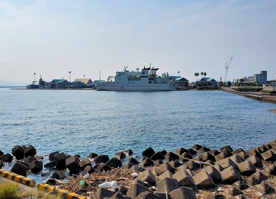 桜島フェリー乗り場近くにある公園の橋から見える錦江湾