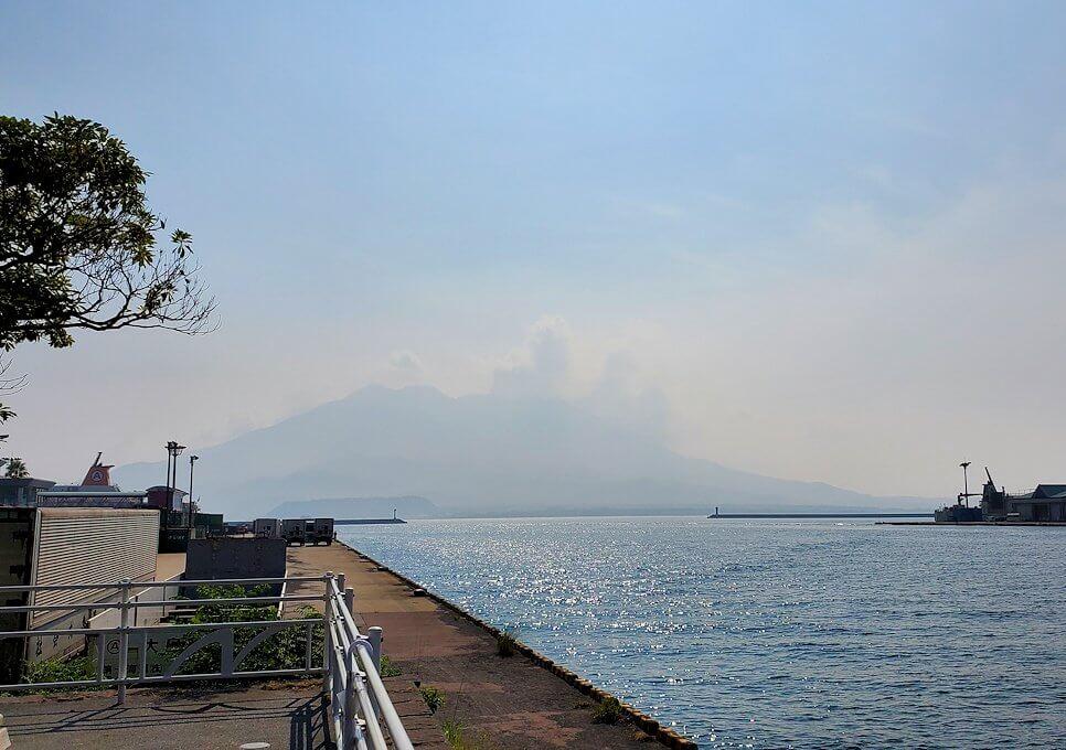 桜島フェリー乗り場近くにある公園の橋から見える錦江湾と桜島