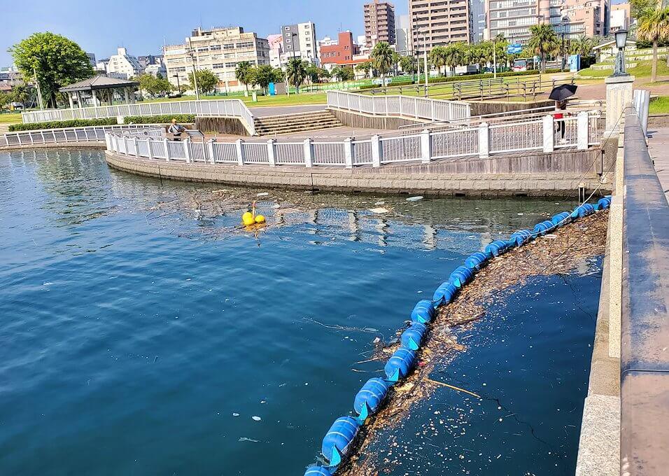 桜島フェリー乗り場近くにある公園の橋から見える錦江湾にはゴミが浮いている