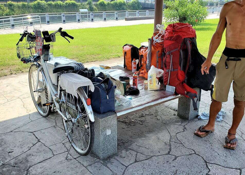 桜島フェリー乗り場近くにある公園に居たホームレスのおじさん