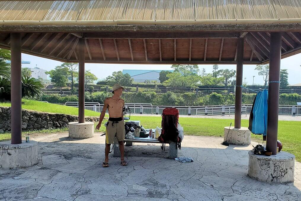 桜島フェリー乗り場近くにある公園に居たホームレスのおじさんに出会う