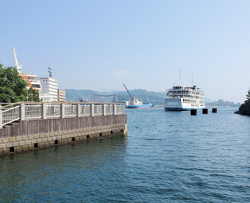 桜島フェリー乗り場手前からフェリーを眺める