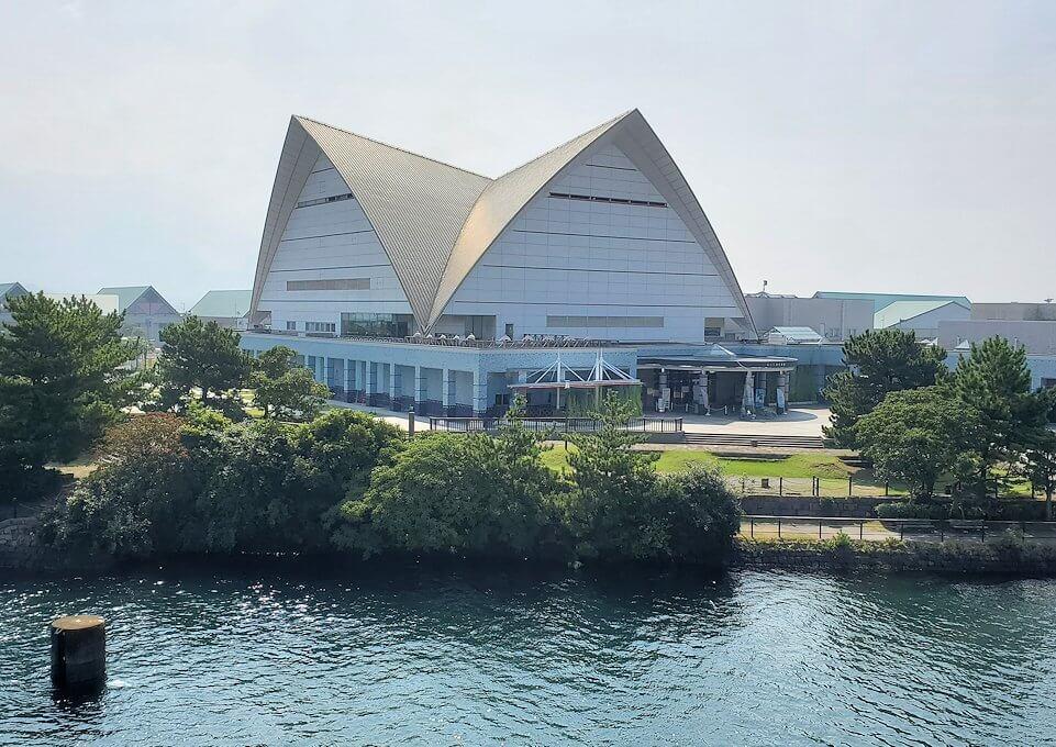 桜島へ向かうフェリーから見える水族館