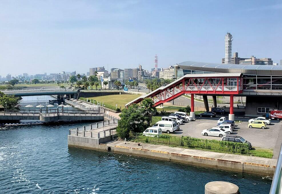 桜島へ向かうフェリーから見える鹿児島市内