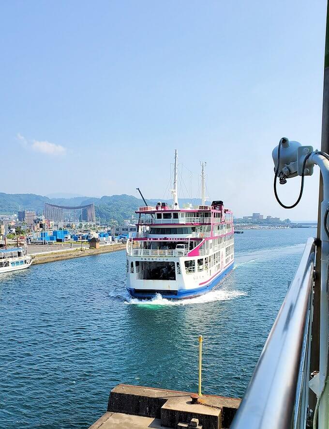 桜島へ向かうフェリーから見える、すれ違うフェリー