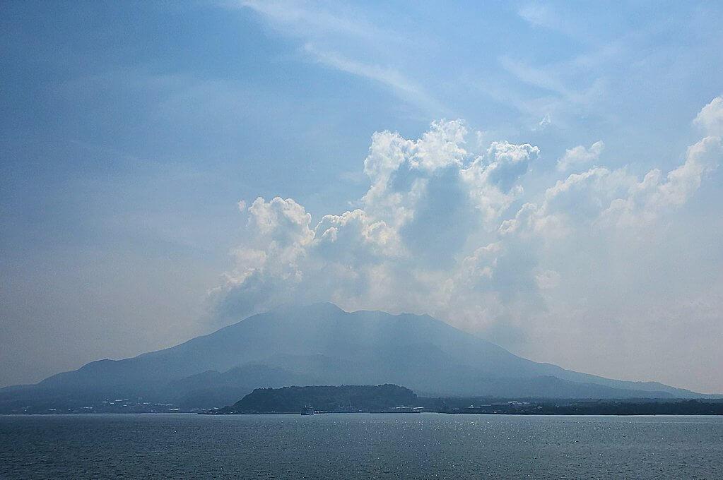 桜島へ向かうフェリーが出発し、徐々に桜島が近づく