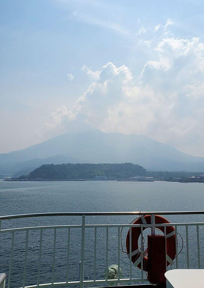 桜島へ向かうフェリーが出発し、徐々に桜島が近づく-1