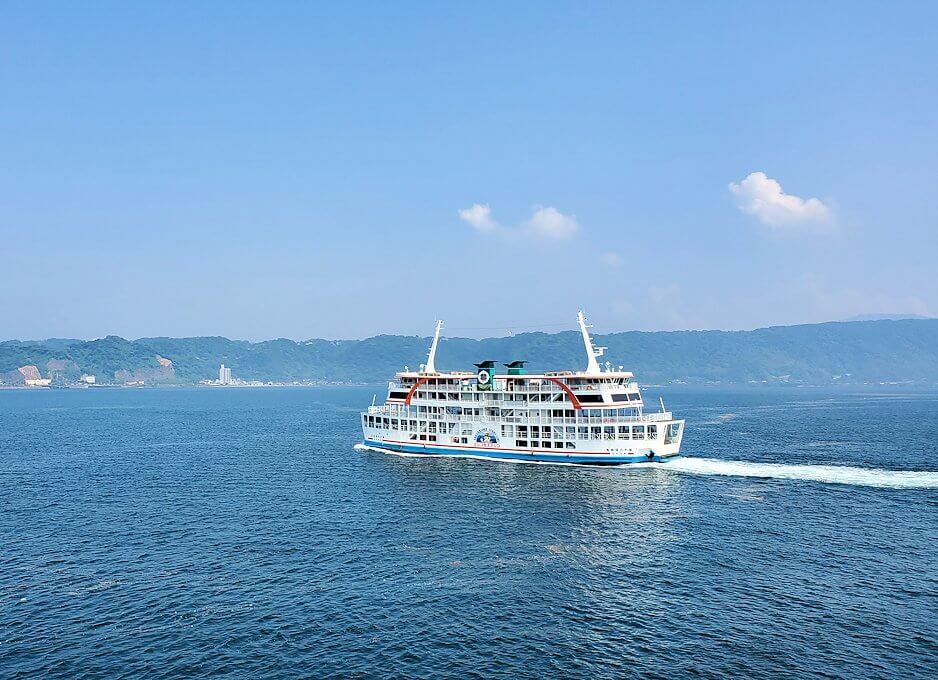 桜島へ向かうフェリーが出発し、徐々に桜島が近づくときにすれ違ったフェリー
