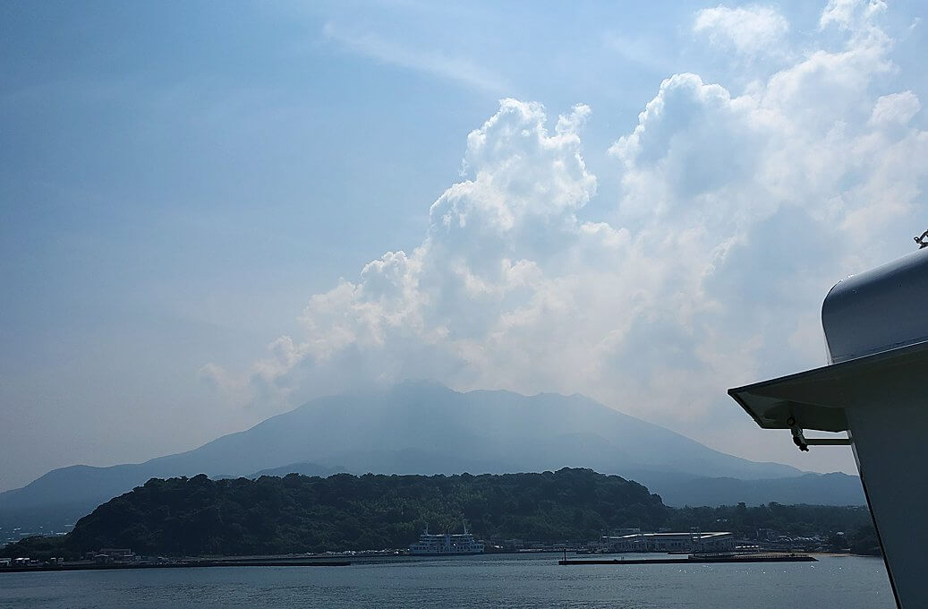 桜島へ向かうフェリーが出発し、徐々に桜島が近づく景色