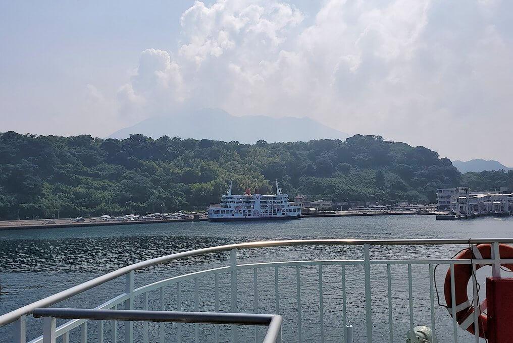 桜島へ向かうフェリーが出発し、徐々に桜島が近づきフェリーターミナルが見えてくる