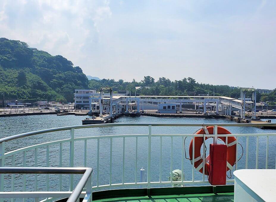 桜島へ向かうフェリーが出発し、徐々に桜島が近づきフェリーターミナルが見えてくる-1