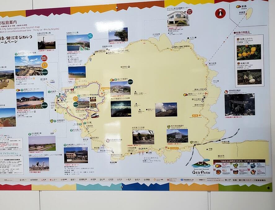 フェリーに乗って桜島に到着し、桜島の地図を眺める