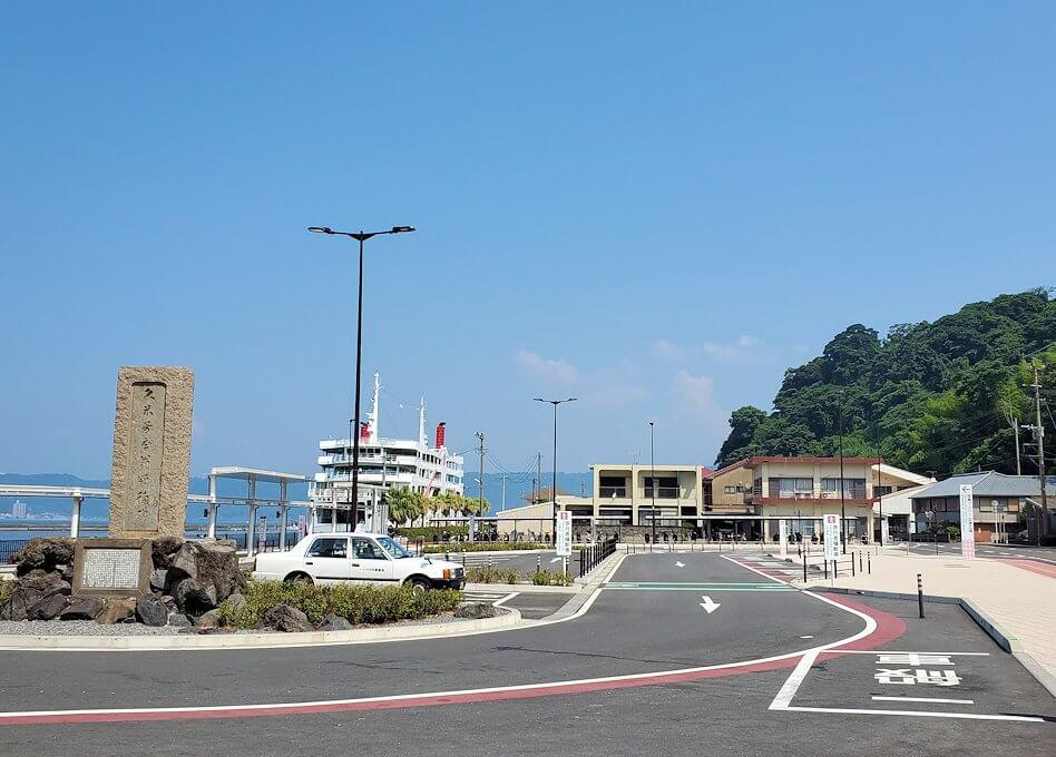 フェリーに乗って桜島に到着し、桜島フェリーターミナル前のロータリー-1