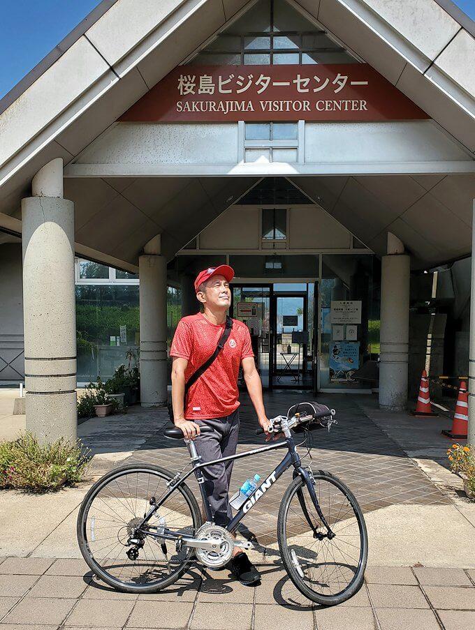 桜島ビジターセンターでレンタサイクルを借りて出発前に記念撮影-1