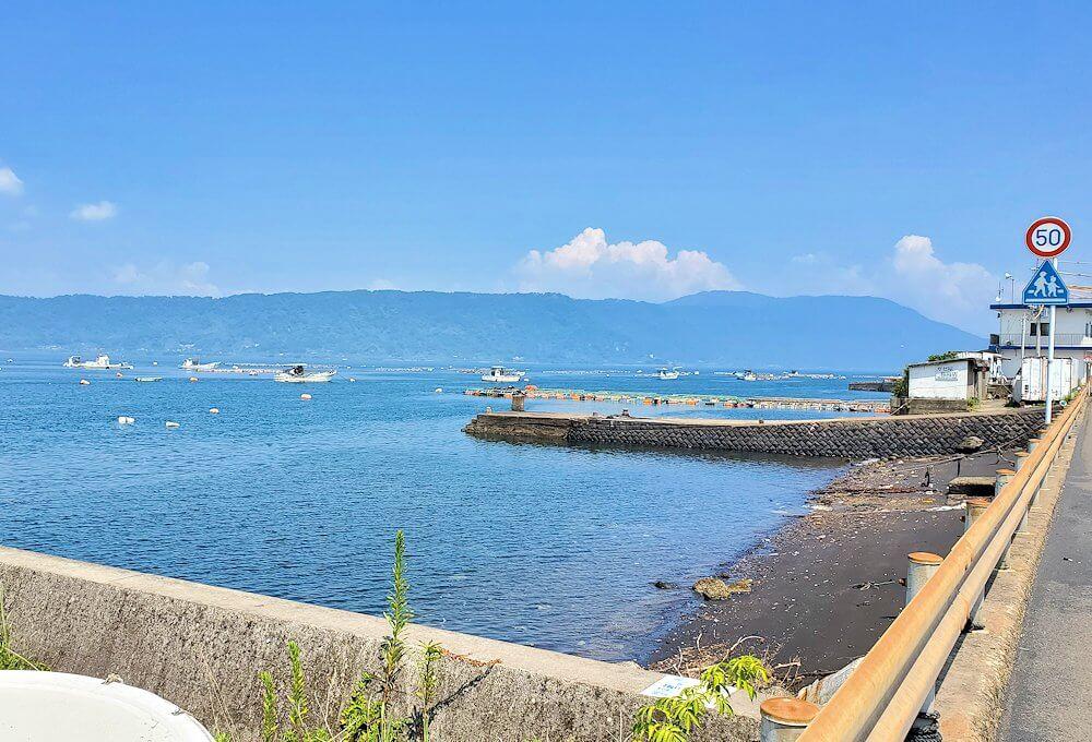 桜島でサイクリングで走る道路から見える海