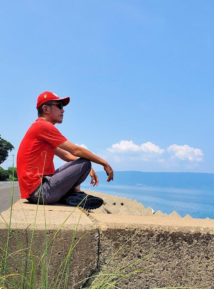 桜島でサイクリング途中に堤防の上に登って記念撮影