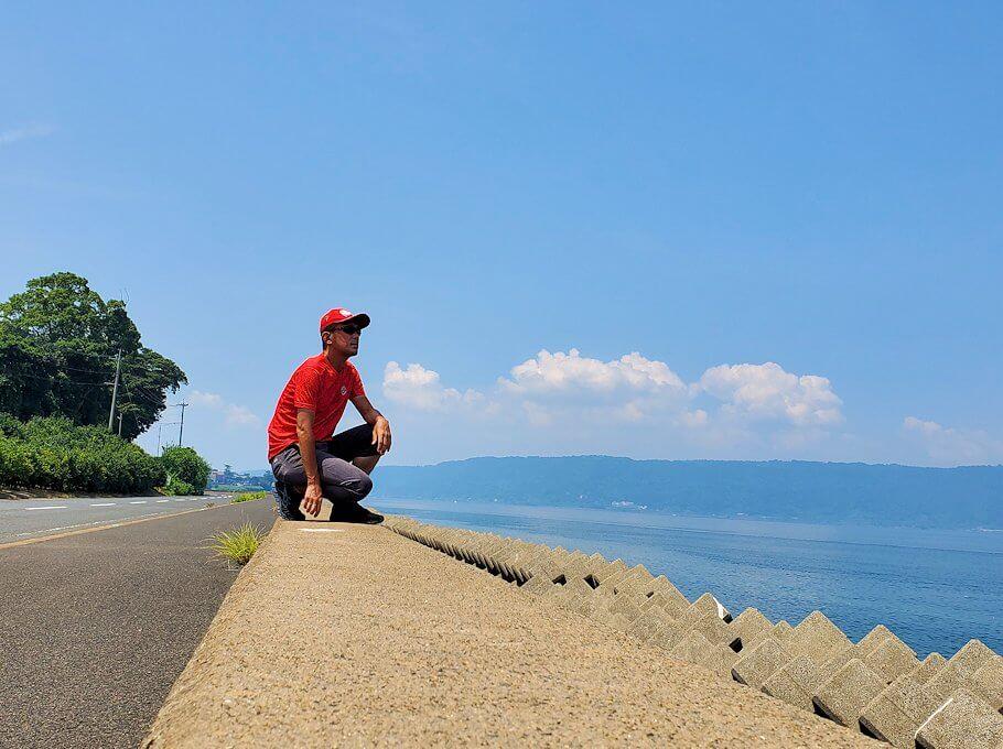 桜島でサイクリング途中に堤防の上に登って記念撮影-1