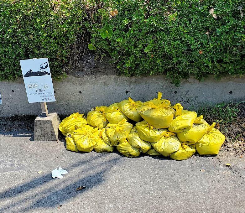桜島のサイクリングで県道26号線沿いにあった、火山灰のゴミ