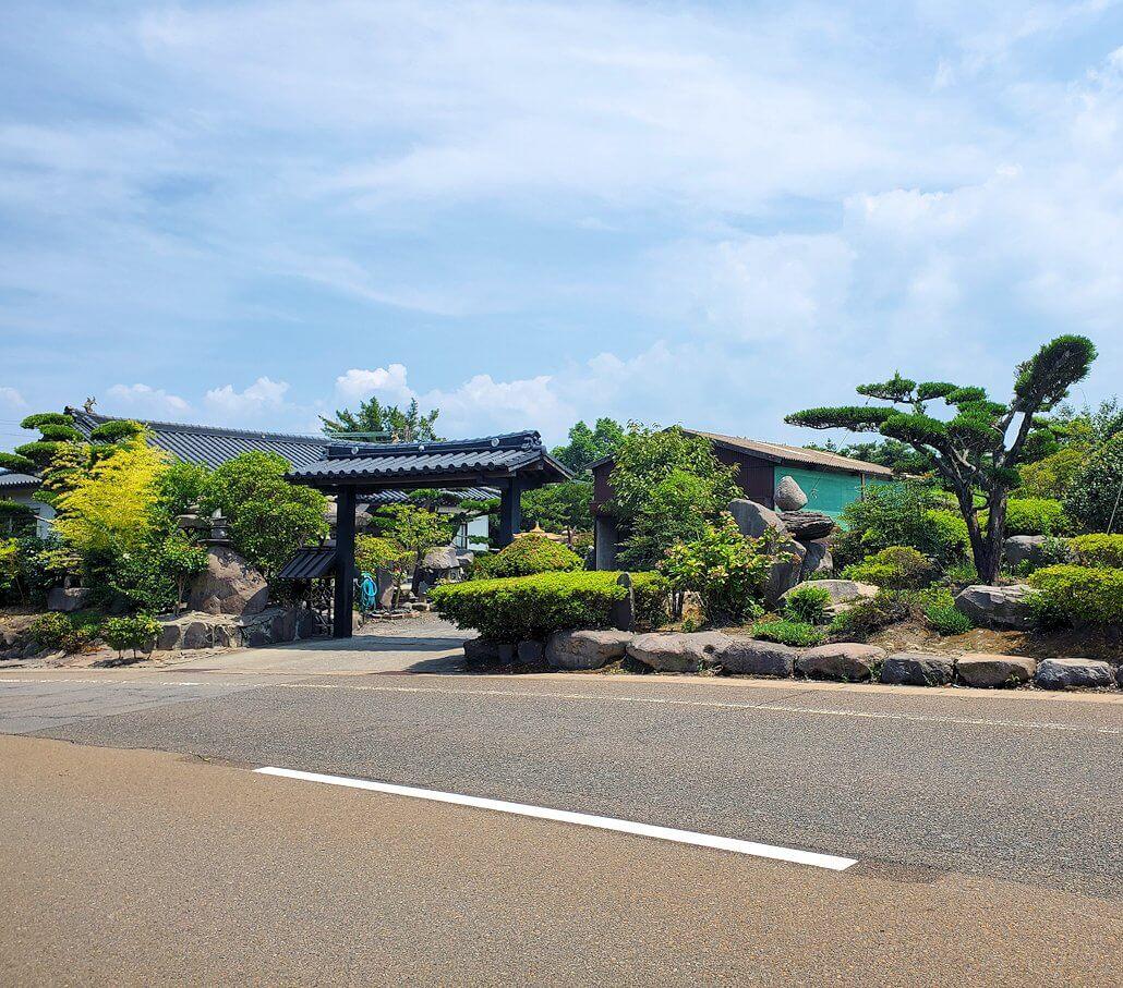 桜島のサイクリングで県道26号線途中にあった盆栽などが綺麗な家