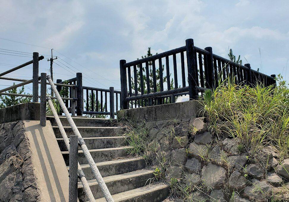 桜島26号線沿いにあった「昭和溶岩地帯」の展望台に上る