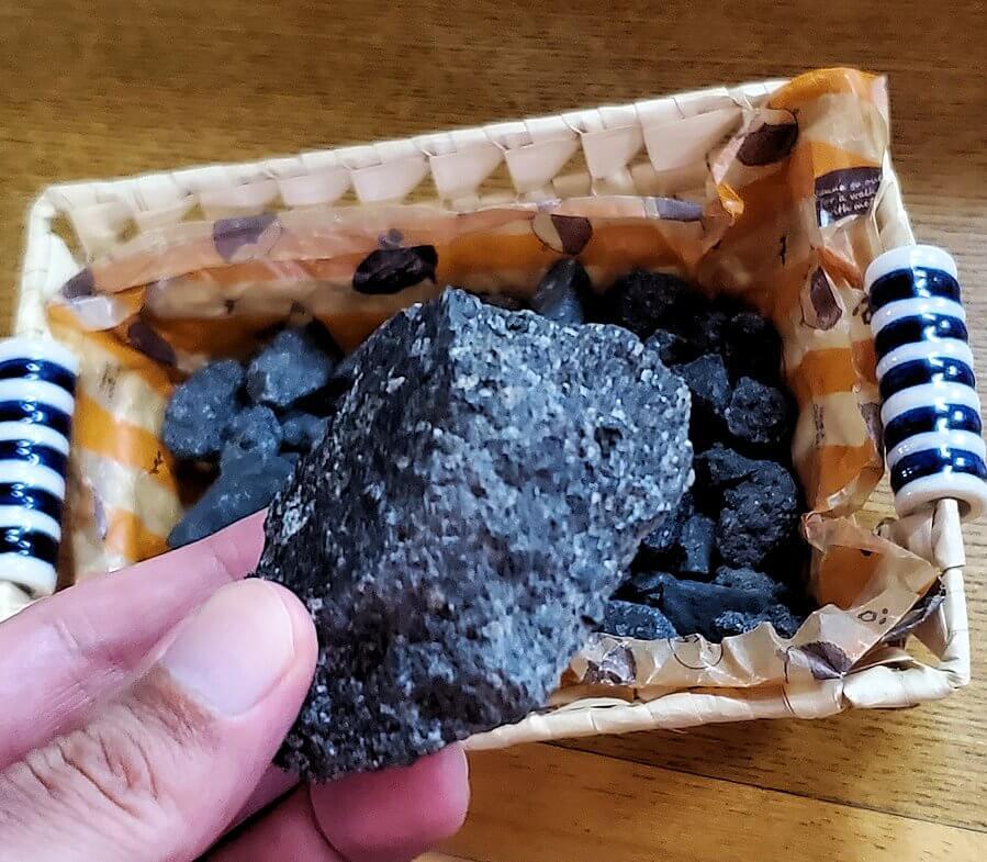 桜島黒神町にあった「椿の里」でもらった火山石