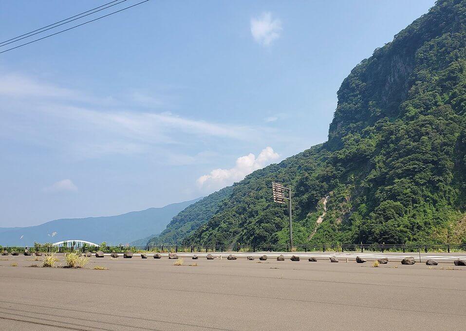 桜島サイクリングの分岐点の標識周辺の景色