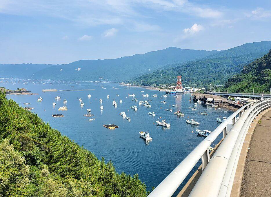桜島サイクリングの分岐点で垂水側に進むと、牛根大橋からの景観