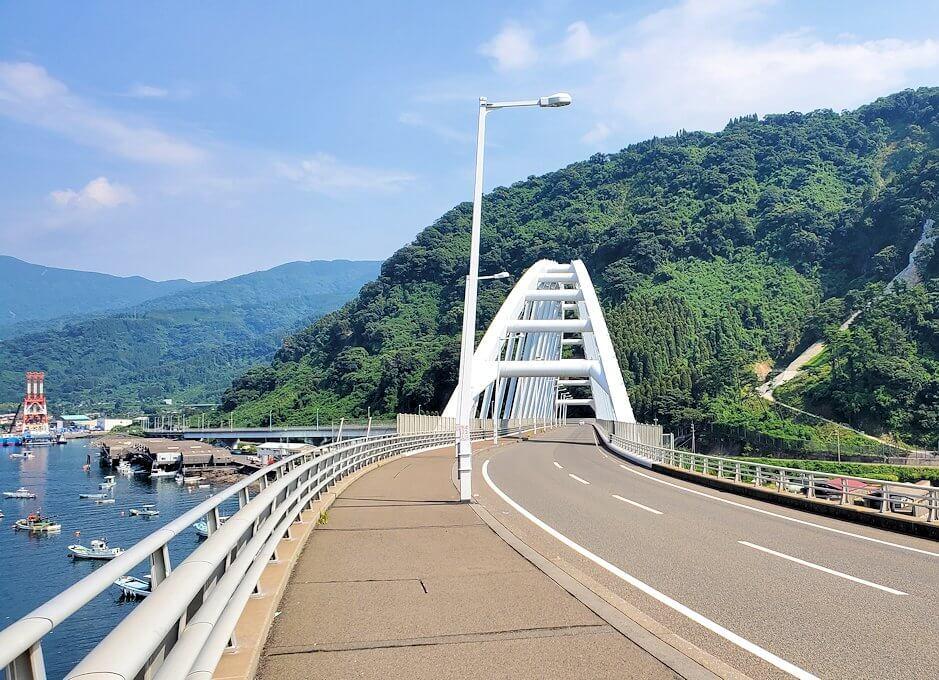 桜島サイクリングの分岐点で垂水側に進むと、牛根大橋が見えてくる-1