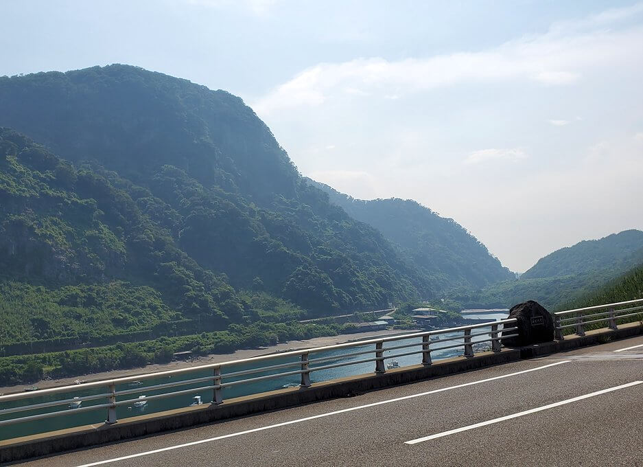 桜島サイクリングの分岐点で垂水側に進むと、牛根大橋からの景色を眺める